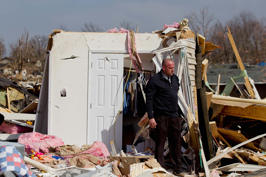 Tornadoes strike US Midwest and South (Photo)