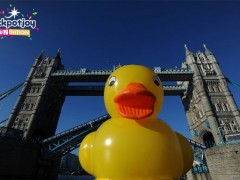 Giant 50-foot rubber duck floating down the River Thames in London [Video]