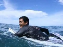 Blind Surfer Confront His Abilities in One of the Heaviest Waves (Video)